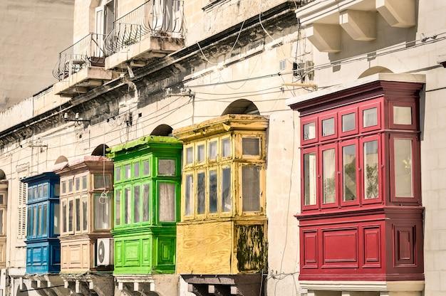 Vista vintage de balcones de edificios típicos en la valletta