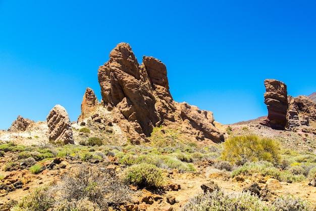 Vista del volcán teide desde el fondo de un desierto en la isla de tenerife