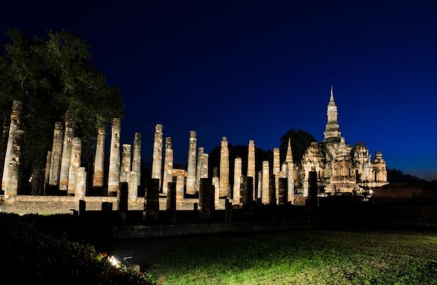 Una vista de wat mahathat en la noche en el parque histórico de sukhothai, tailandia