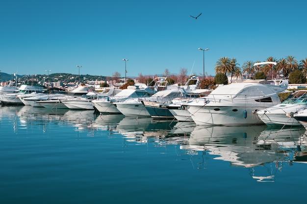 Vista de yates en el puerto deportivo de cannes, francia