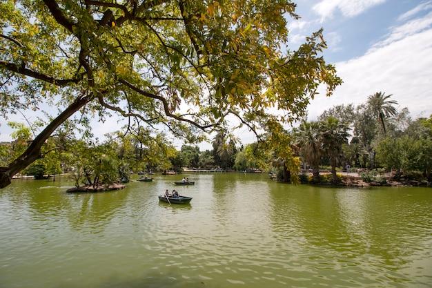 Vistas desde el hermoso parque de la ciudadela (parc de la ciutadella) ubicado en barcelona, españa.