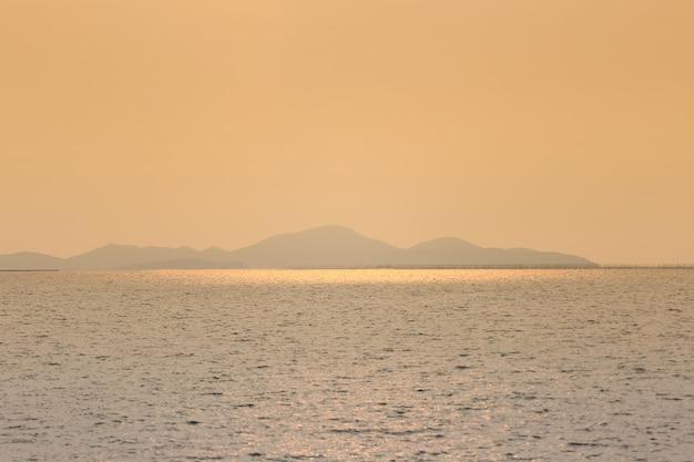 Vistas de la isla tropical en la noche con luz naranja del sol.