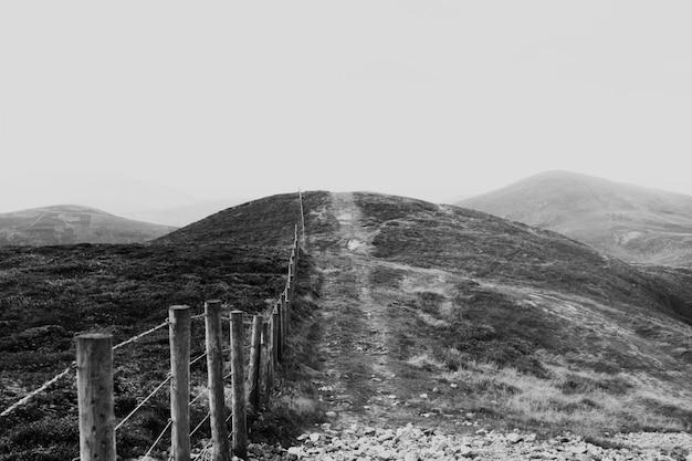 Vistas de montañas desiertas en blanco y negro.