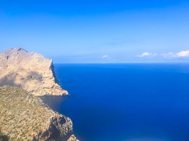 Vistas del paisaje del cabo formentor, turistas. foto