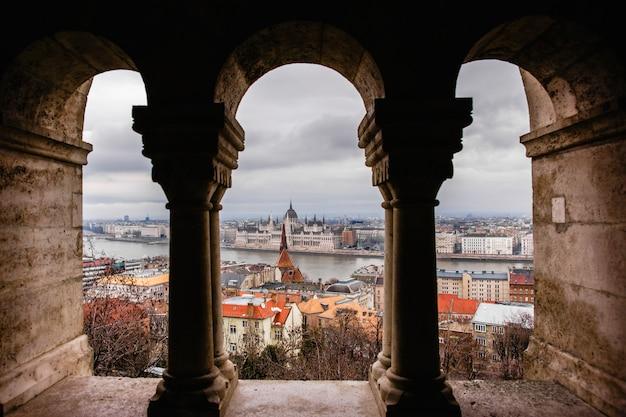 Vistas del parlamento húngaro a través de las murallas del castillo de budapest.