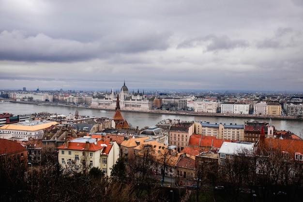 Vistas del parlamento y otros edificios oficiales de budapest.