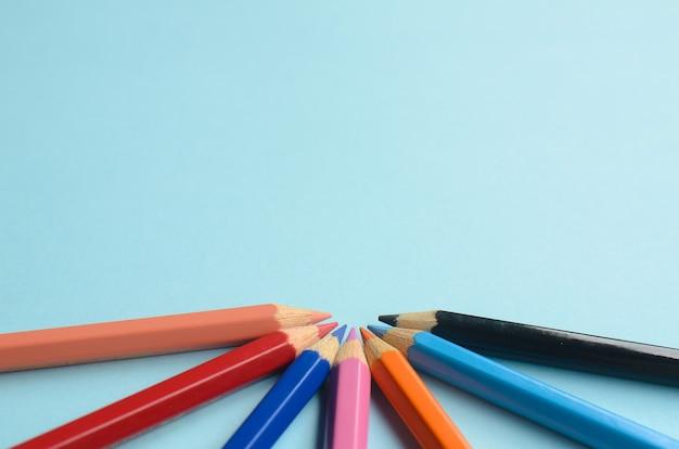 Visualización del espacio vacío con lápices de colores el concepto de lápices de colores sobre un fondo azul.