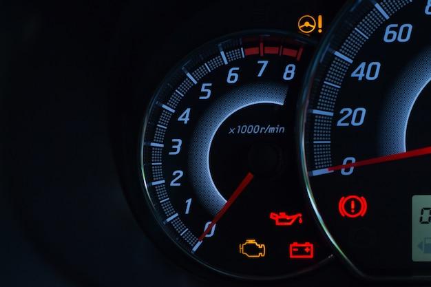Visualización de la pantalla de la luz de advertencia de estado del automóvil en los símbolos del panel del tablero