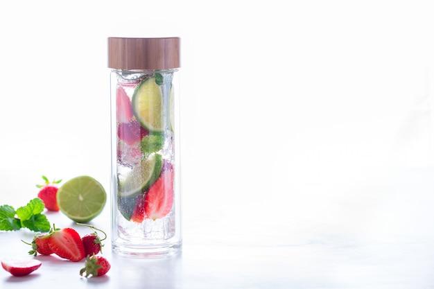 Vitamina agua en una botella de vidrio