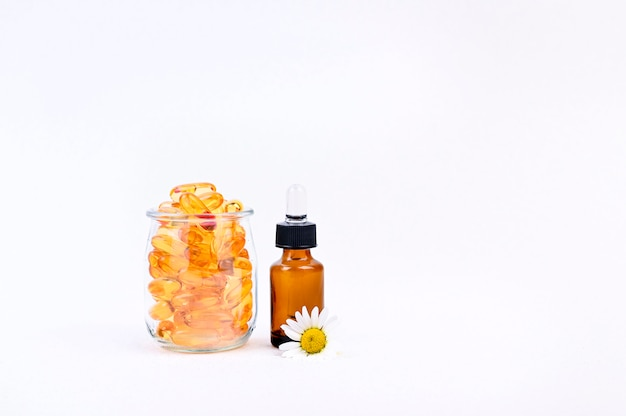 Vitaminas y minerales en cápsulas y gotas. grasa de pescado salud y complementos alimenticios.