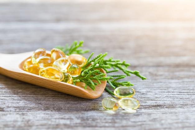 Vitaminas saludables en una cuchara de madera