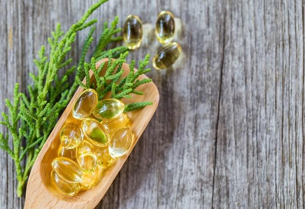 Vitaminas saludables, omega 3, aisladas, tienen un fondo blanco. copiar espacio