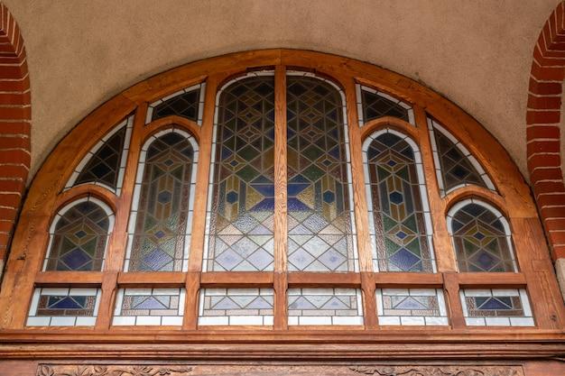 Vitral en la antigua catedral o iglesia.