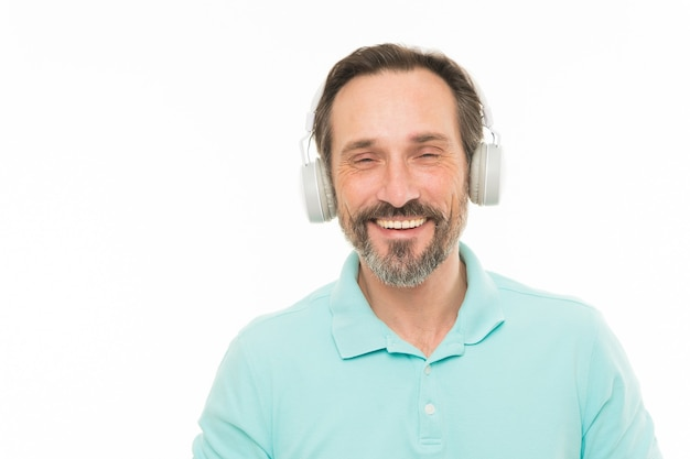 Viva la vida en voz alta. hombre maduro en auriculares estéreo. hombre barbudo feliz escuchando música a través de auriculares. anciano disfrutando de la música en auriculares. sintiendo el ritmo de la música, copie el espacio.
