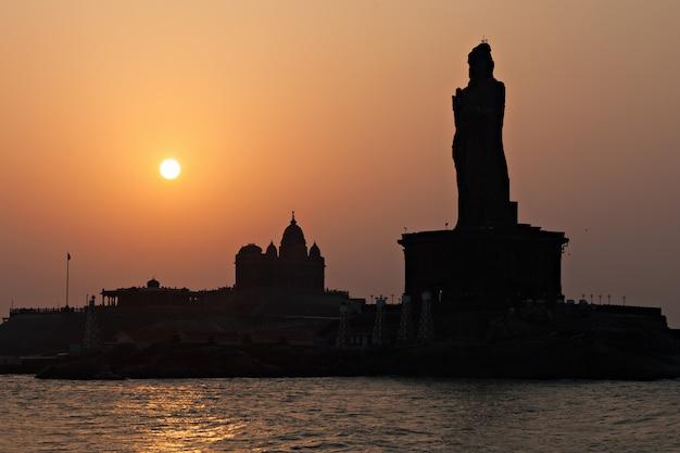 Vivekananda y estatuas de thiruvalluvar