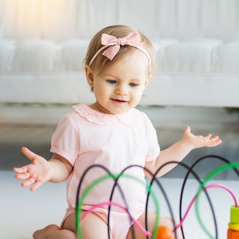 Vivero niña jugando con juguete lógico educativo