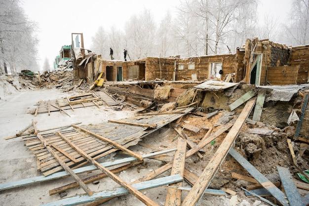 La vivienda antigua. la demolición de la casa de madera.