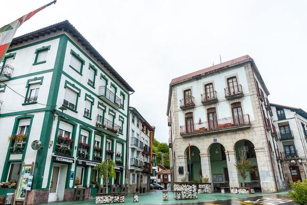 Viviendas en el casco histórico del municipio de ea cerca de lekeitio, cantábrico en el cantábrico. país vasco