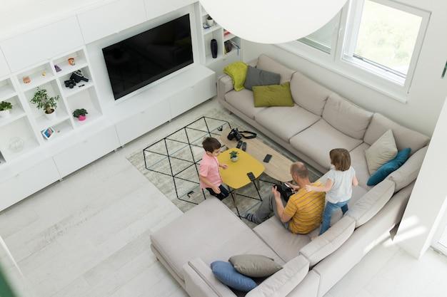 Vivir dentro del interior moderno de la casa inteligente