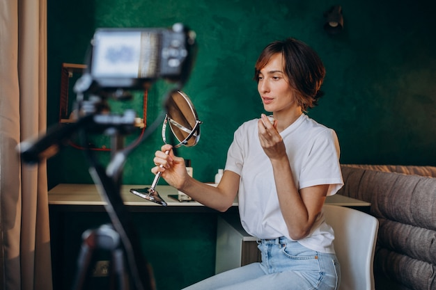 Vlogger de belleza de mujer filmando vlog sobre cremas
