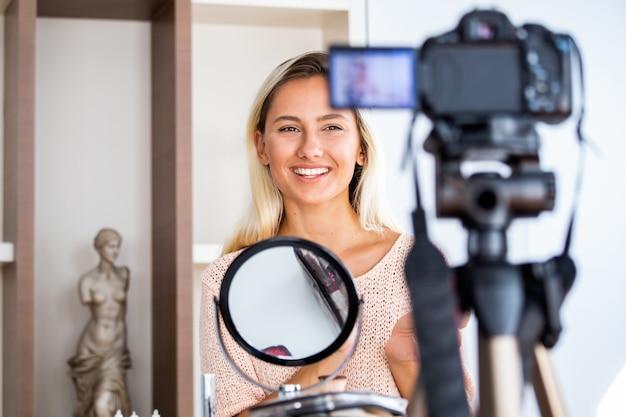 Vlogger de belleza profesional haciendo tutorial de maquillaje de transmisión en vivo