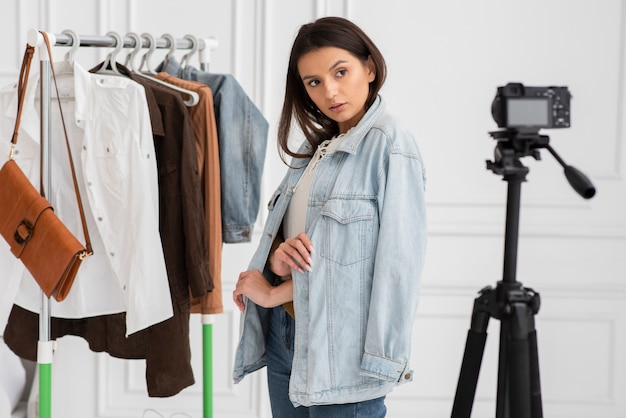 Vlogger grabando con ropa
