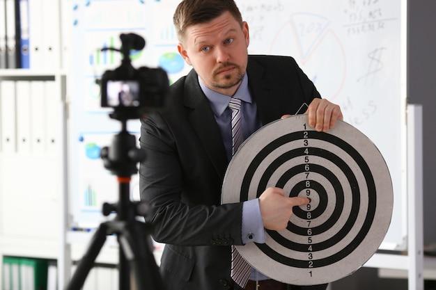 Vlogger milenario masculino tiene dardos objetivo
