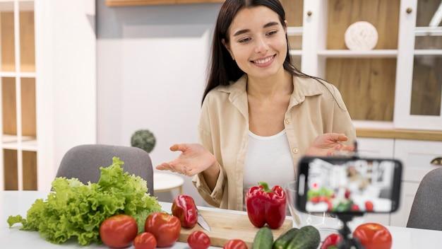 Vlogging femenino en casa con verduras