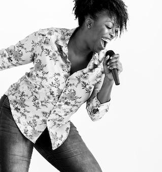 Vocalista mujer negra apasionada cantando karaoke