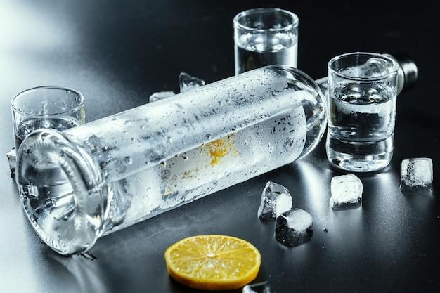 Vodka frío en vasos de chupito