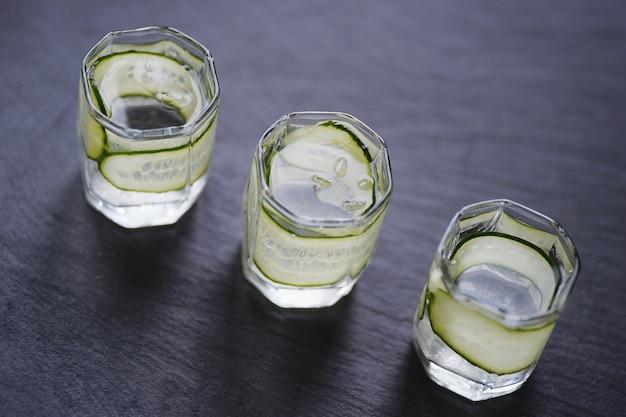 Vodka en vasos de chupito con pepino