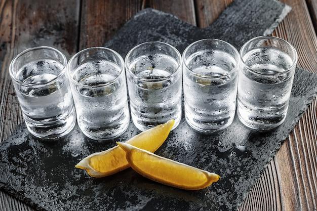 Vodka en vasos de chupito