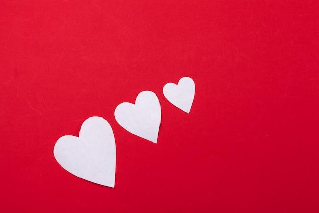 Volando corazones de papel rojo. día de san valentín. amor. copia espacio