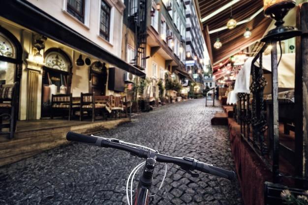 Volante de bicicleta en calle de la ciudad brillante