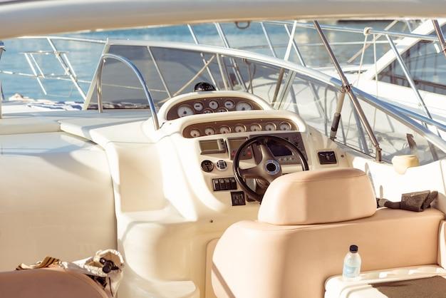 Volante de yate de vela moderno
