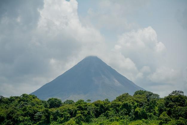 Volcán arenal y lago en costa rica.