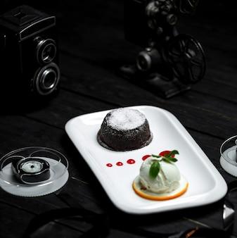 Volcán de chocolate y una bola de helado blanco