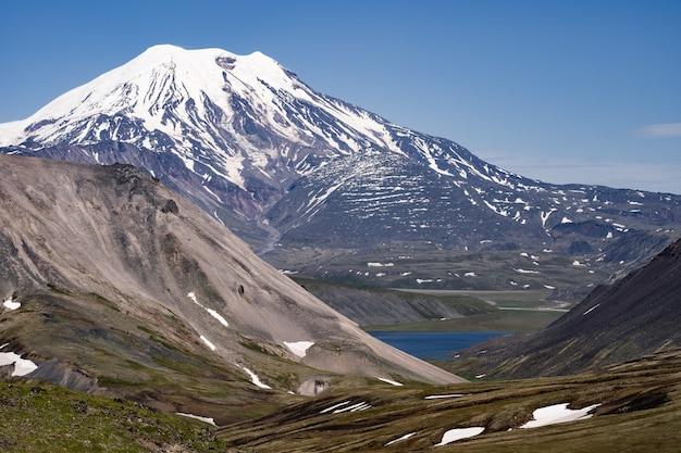 El volcán ichinsky es un volcán activo en la península de kamchatka, en el extremo este de rusia.