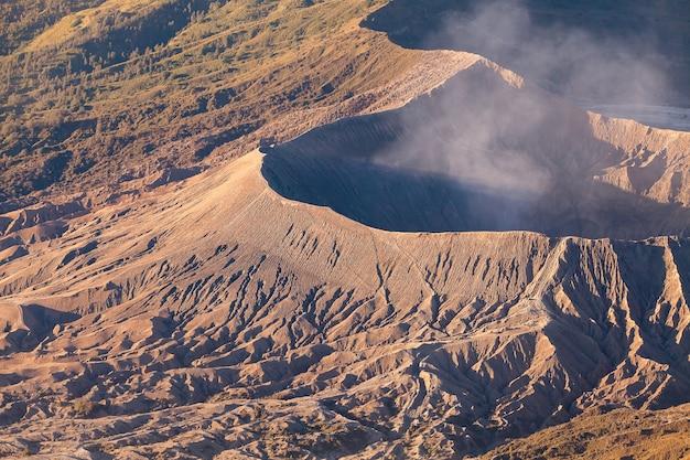 Volcán monte bromo (gunung bromo) durante el amanecer desde el mirador en el monte penanjakan, en java oriental, indonesia.