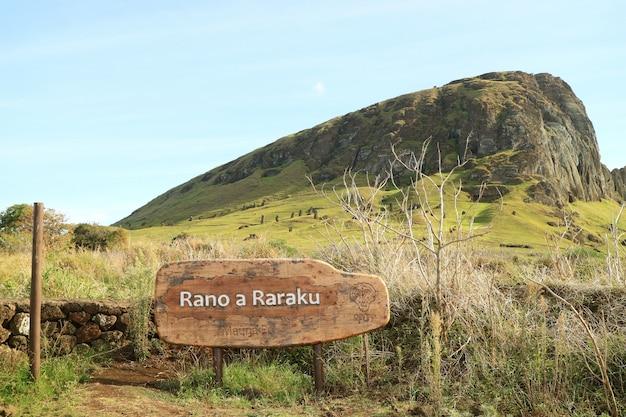 Volcán rano raraku, cantera de la famosa estatua de moai en isla de pascua, chile, américa del sur