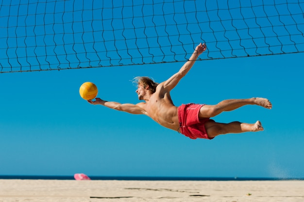 Voleibol de playa - hombre saltando
