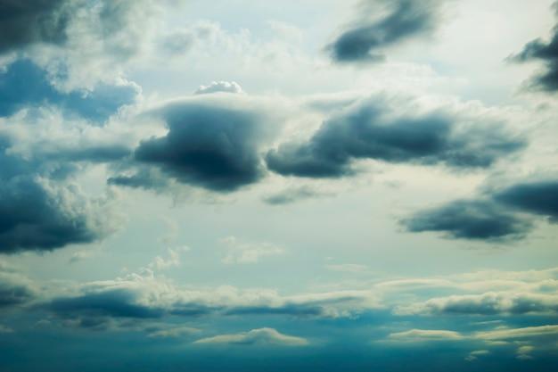 Volumen de nubes de lluvia en el cielo azul de fondo de fantasía