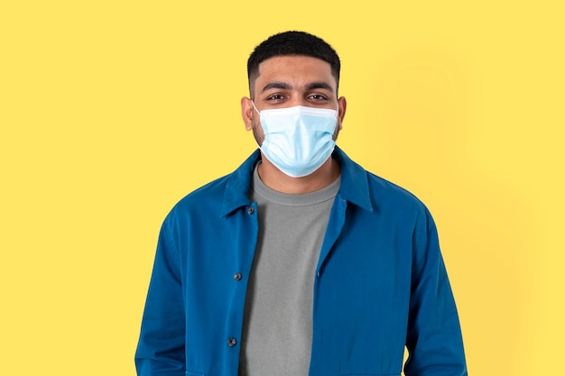 Voluntario indio con mascarilla facial en la nueva normalidad