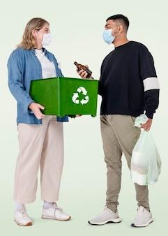 Voluntario de limpieza de playa con papelera de reciclaje campaña salva la tierra