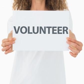 Voluntario mostrando un cartel