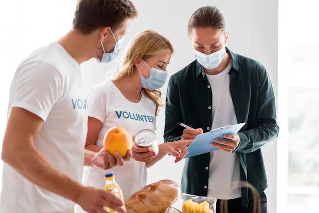 Voluntarios ayudando con donaciones para el día de la comida.