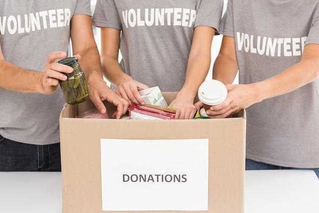 Voluntarios clasificando donaciones