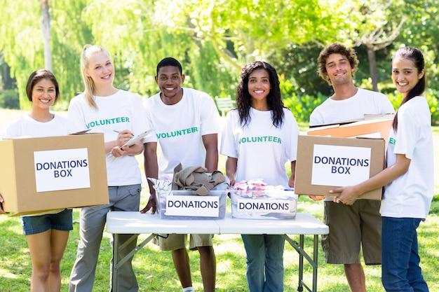 Voluntarios confiados con cajas de donaciones.