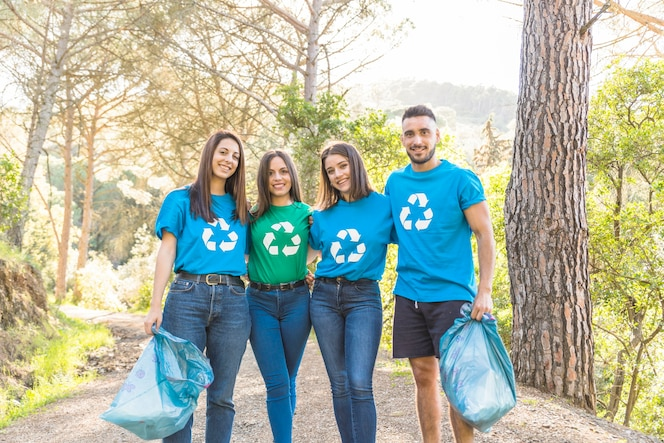 Voluntarios de pie en el bosque