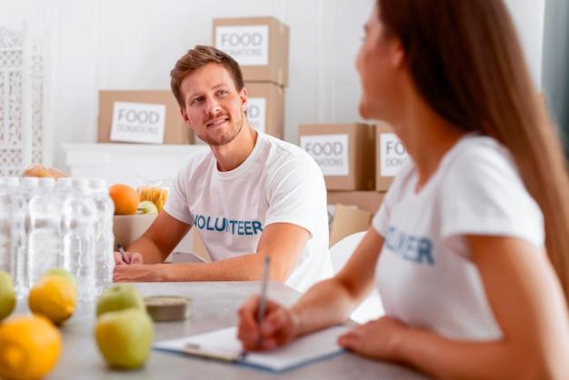 Voluntarios para el día de la comida preparando donaciones